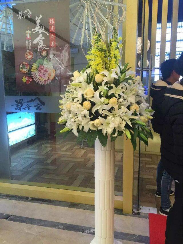 石夏兰黄玫瑰,罗马柱花篮,花材,黄玫瑰,白百合,黄百合,金鱼草,包装,罗马柱花篮,圆形插花鲜花图片展示。