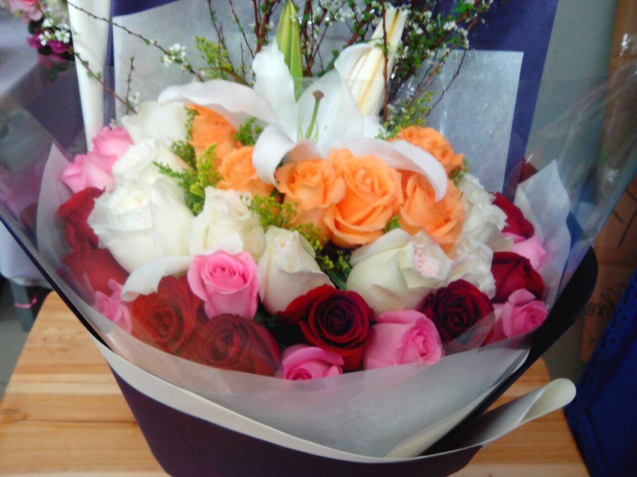 石夏兰约会神器,生日鲜花,彩色玫瑰花,深圳鲜花速递,送全国,深圳,福田,罗湖,布吉,混搭,33朵玫瑰鲜花图片展示。