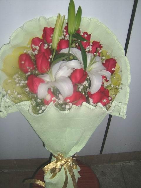 石夏兰19朵大红色玫瑰花鲜花图片展示。
