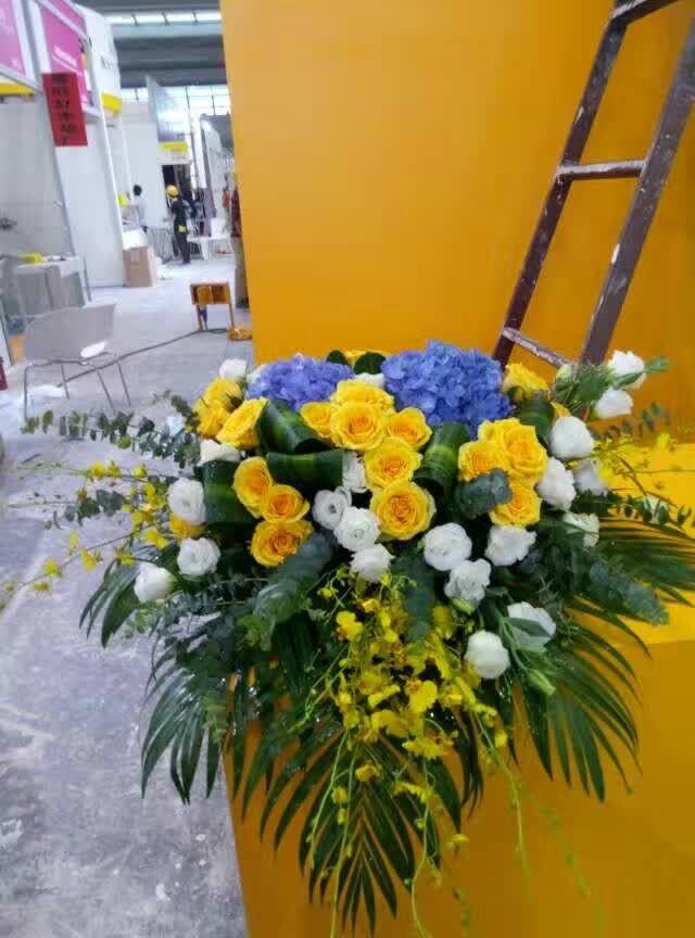 石夏兰会议蓝绣球花玫瑰讲台花,花材蓝绣球花、橙玫瑰、白玫瑰、跳舞兰,包装瀑布演讲台花 鲜花图片展示。