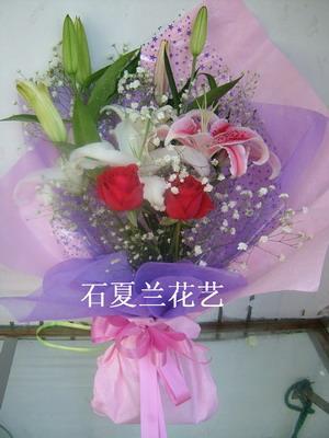 石夏兰2朵红玫花与2枝百合鲜花图片展示。