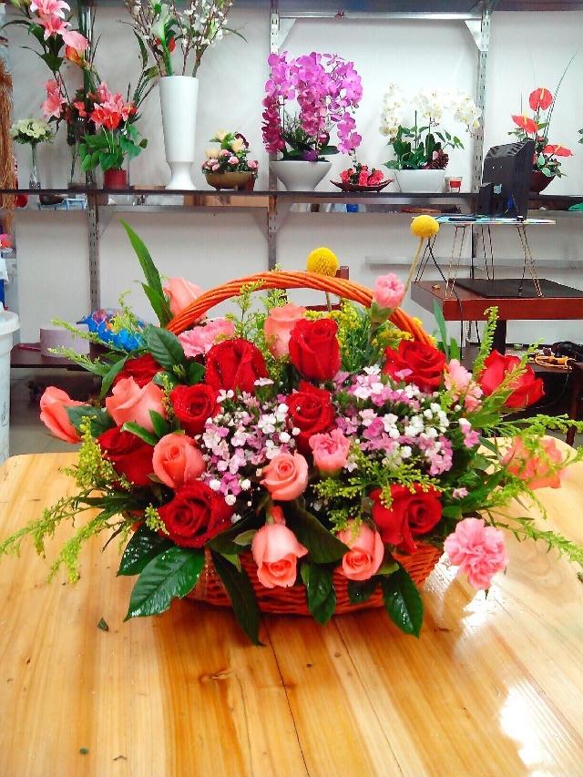 石夏兰红玫瑰,送礼,手提花篮,社交花篮,休息室,装饰花篮,268元,花材,红玫瑰10朵,粉玫瑰6朵,粉康乃馨6朵,衬叶,包装,扇型,小花篮鲜花图片展示