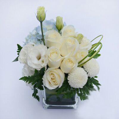 石夏兰婚宴,宴会,酒会,桌花,花材,香槟玫瑰,白洋兰,乒乓菊,高山羊齿,包装,玻璃瓶插艺术花,节日鲜花图片展示。