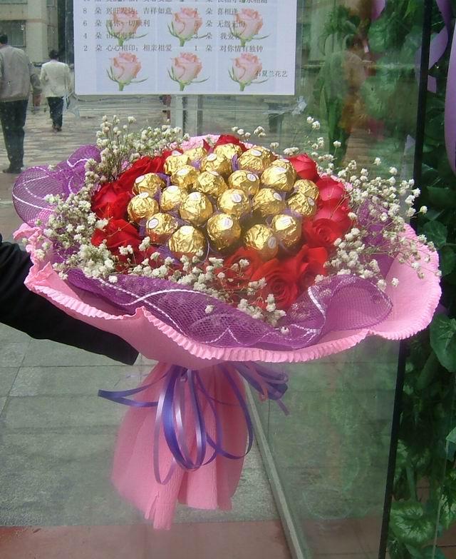 石夏兰24朵金莎巧克力鲜花图片展示。