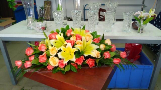 石夏兰橙色,会议桌花,花材,粉色玫瑰花,香槟玫瑰,黄百合,绿叶若干,包装,台面花,长条包装鲜花图片展示。