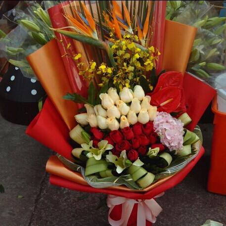 石夏兰红色玫瑰与香槟玫瑰鲜花图片展示。