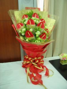 石夏兰9朵红掌-火鹤花鲜花图片展示。