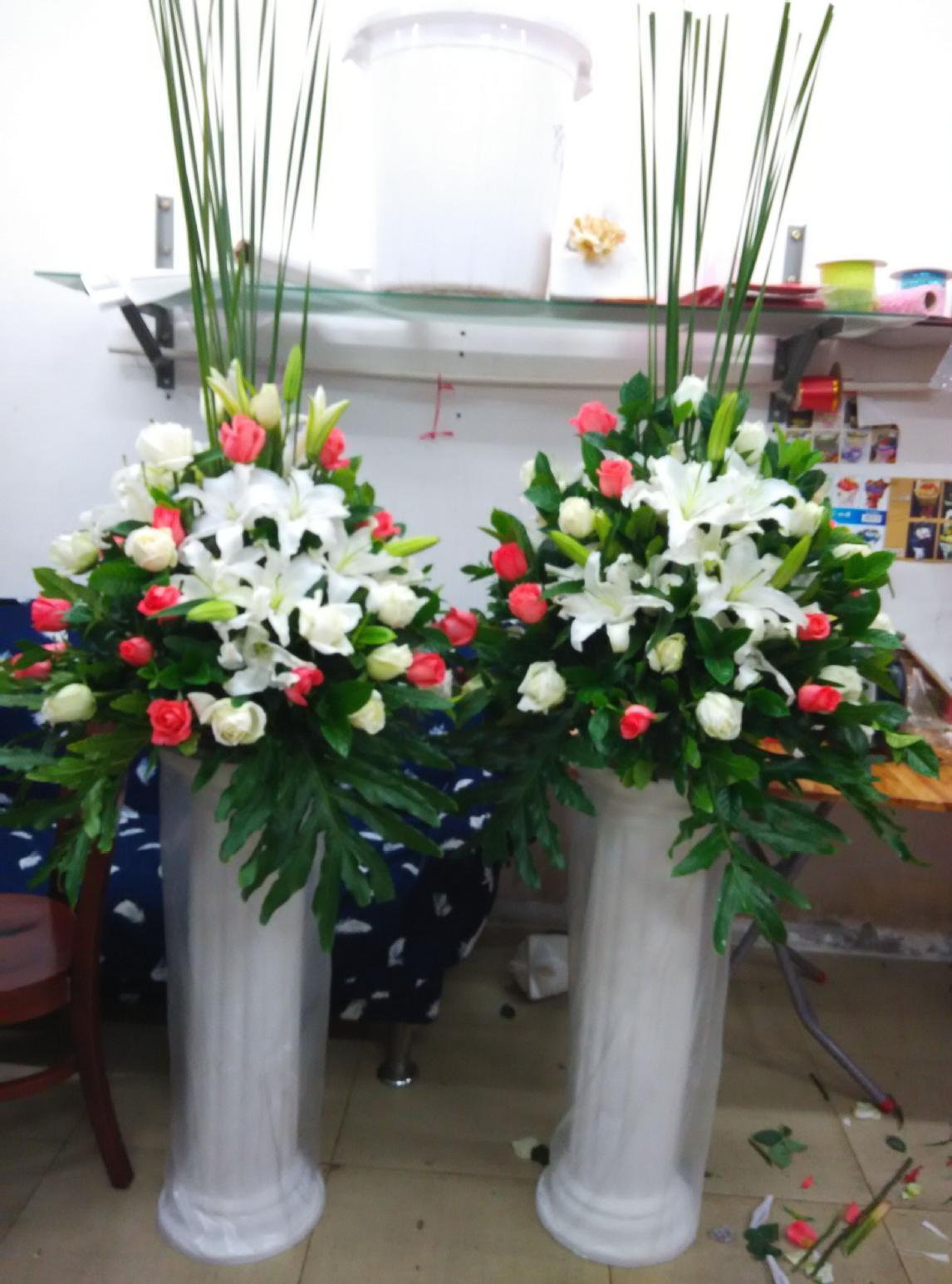 石夏兰节日商务花篮,百合,迎宾路引,389元,花材,红玫瑰,百合花,绿叶,包装,罗马柱花篮鲜花图片展示