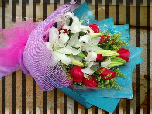石夏兰9朵玫瑰与百合鲜花图片展示。