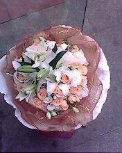 石夏兰18朵戴安娜玫瑰鲜花图片展示。