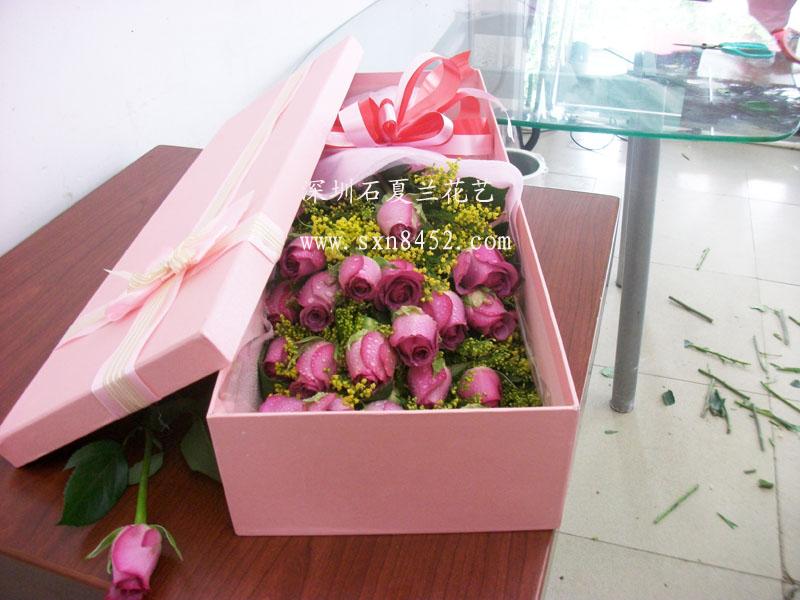 石夏兰紫玫瑰19朵高档礼盒鲜花图片展示。