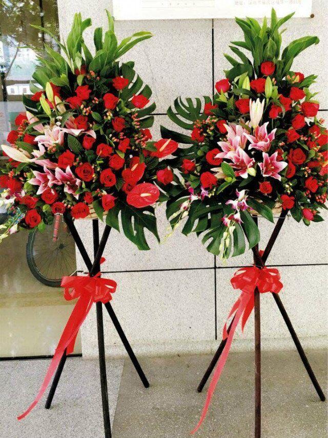 石夏兰超豪华庆典花篮,花材,2枝百合,36枝玫瑰,红豆或大丁,红掌3片,三角架艺术插花鲜花图片展示。
