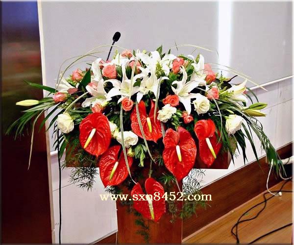 石夏兰会议主席台,红掌,台面花,百合,瀑布式演讲台鲜花,超豪华,会议讲台花,只售538元,老客户,更优惠鲜花图片展示。