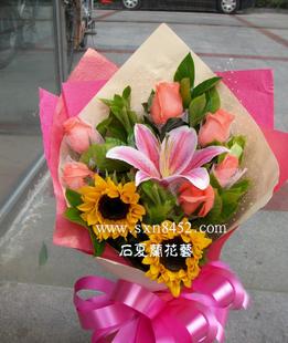 石夏兰2朵向日葵鲜花图片展示。