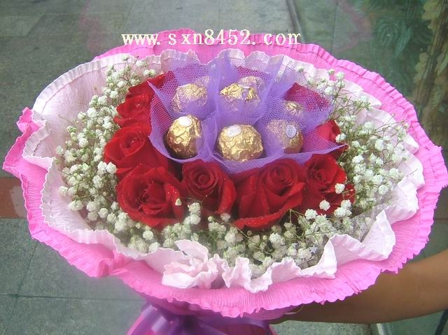 石夏兰11朵玫瑰与6粒朱古力鲜花图片展示。