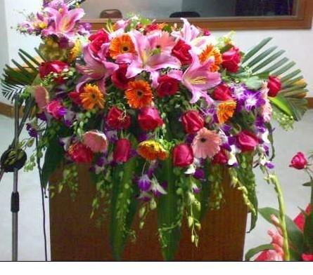 石夏兰会议台,高级会议台鲜花,演讲鲜花,讲台鲜花,集会礼仪鲜花,商务鲜花,演讲台鲜花,百合,瀑布式鲜花图片展示