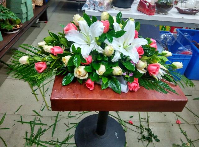 石夏兰商铺,柜台花,展览台鲜花,接待台鲜花,会展中心,低价花材,粉玫瑰,香槟玫瑰,百合包装,台面花鲜花图片展示。
