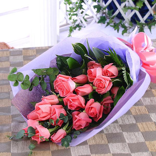 石夏兰18朵玫瑰单面包装花束鲜花图片展示。