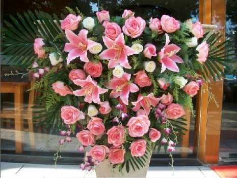 石夏兰主讲台鲜花,深圳演讲台鲜花,公司动员会鲜花,培训讲座鲜花,行业协会大会鲜花鲜花图片展示。