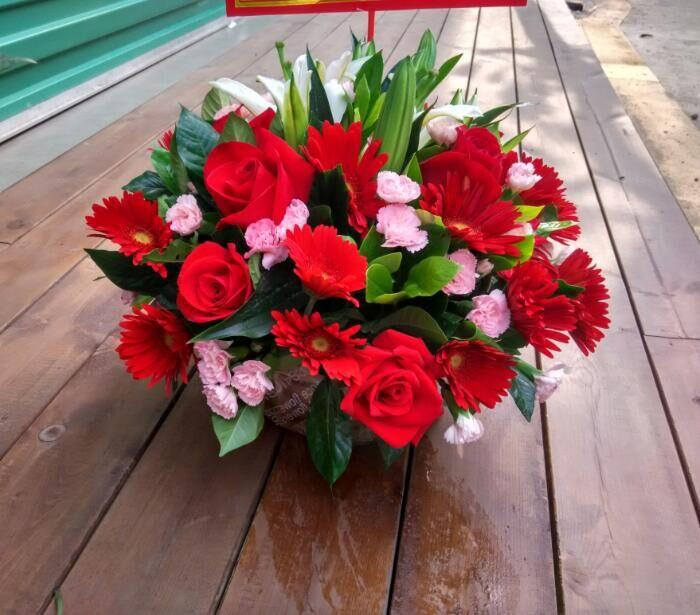 石夏兰玫瑰20朵,百合1枝,太阳花12朵,200元一个,圆形台面花,会议桌鲜花,前台鲜花,接待用花,茶几鲜花,签到台花鲜花图片展示。
