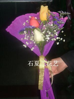 石夏兰3朵玫瑰鲜花图片展示。