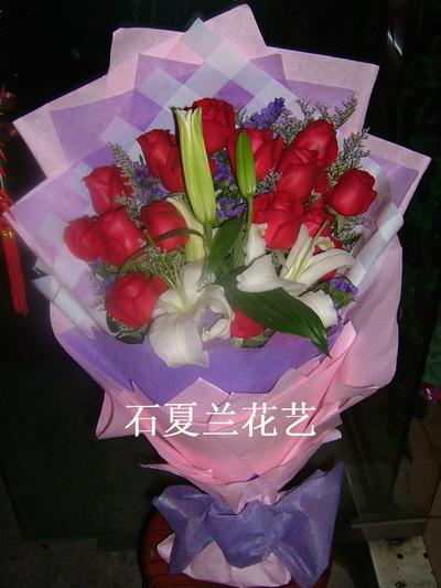 石夏兰情人节 19朵红玫瑰鲜花图片展示。
