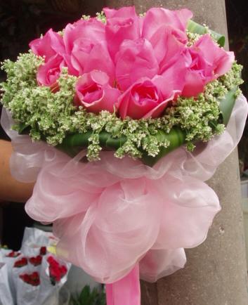 石夏兰圆形手捧花鲜花图片展示。