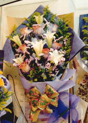 石夏兰6朵百合鲜花图片展示。