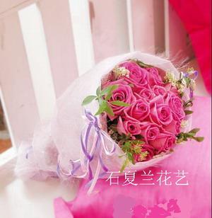 石夏兰22朵粉玫瑰圆形花束鲜花图片展示。
