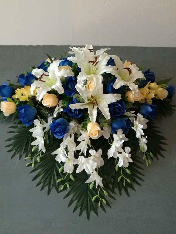 石夏兰仿真演讲台花,花材,仿真香槟玫瑰,蓝玫瑰,百合,洋兰,绿叶,包装,瀑布式演讲台花鲜花图片展示。