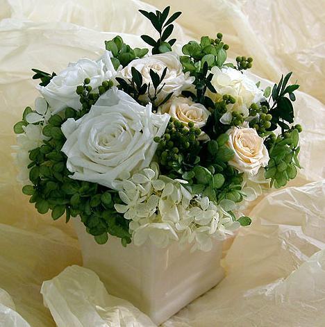 石夏兰白玫瑰高级艺术花篮鲜花图片展示。