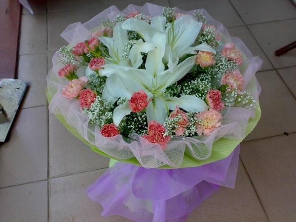 石夏兰百合康乃馨圆型花束鲜花图片展示。
