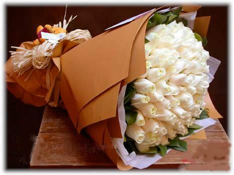 石夏兰66枝白玫瑰圆型花束鲜花图片展示。