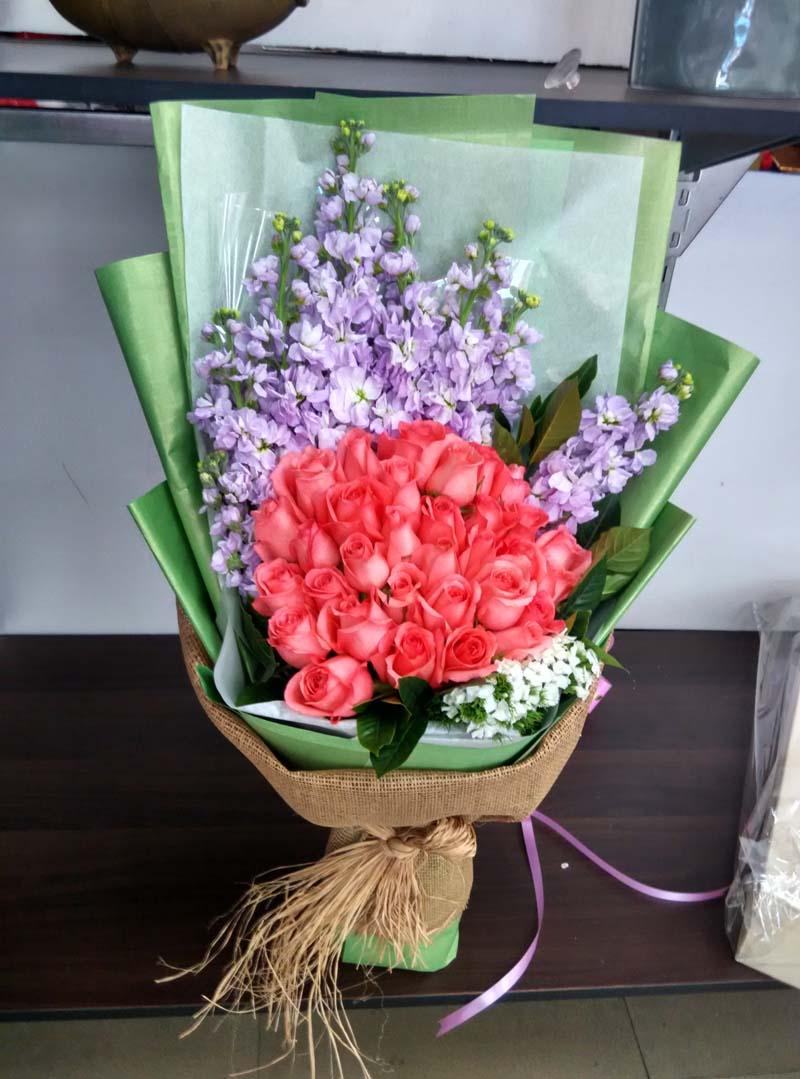 石夏兰掌上明珠,深圳鲜花,同城速递,33朵粉玫瑰,生日鲜花,福田,罗湖,华强北花店,水蜜桃鲜花图片展示。