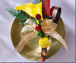 石夏兰丝带马蹄莲主持人胸花鲜花图片展示。