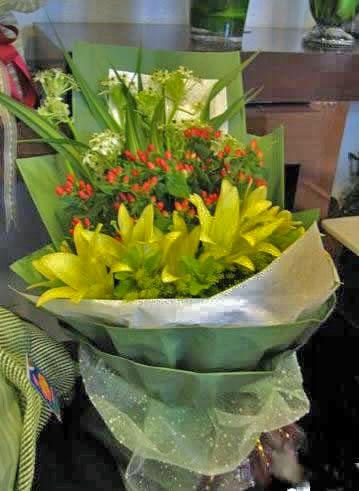 石夏兰16朵香水百合鲜花图片展示。