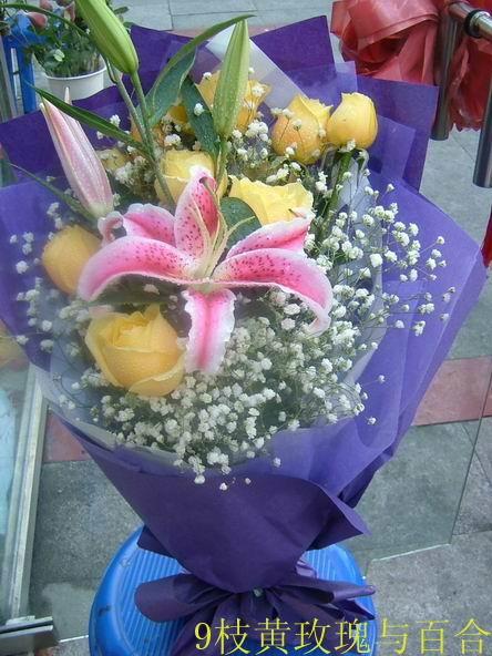 石夏兰8枝黄玫瑰与百合花束鲜花图片展示。