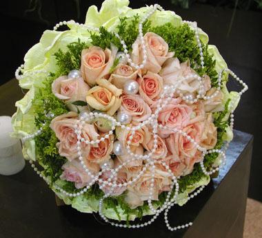 石夏兰19朵精美包装粉玫瑰鲜花图片展示。