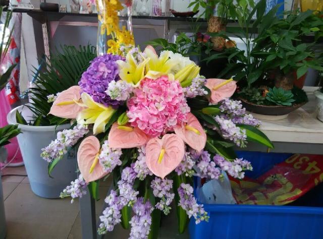 石夏兰演讲台鲜花,花材,绣球,粉掌,百合,金鱼草,包装,演讲台鲜花鲜花图片展示。