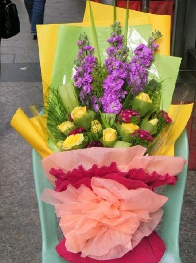 石夏兰9朵黄玫瑰花束,紫罗兰,友谊,真挚的爱意,深圳福田,华强北,益田花店鲜花图片展示。