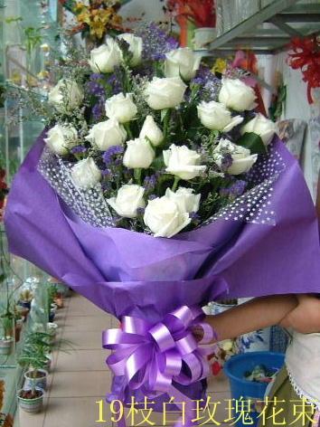 石夏兰19朵白玫瑰鲜花图片展示。