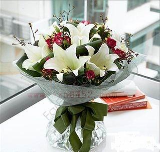石夏兰百合与小玫瑰花束鲜花图片展示。