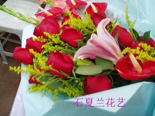 石夏兰11朵红玫与红掌百合鲜花图片展示。