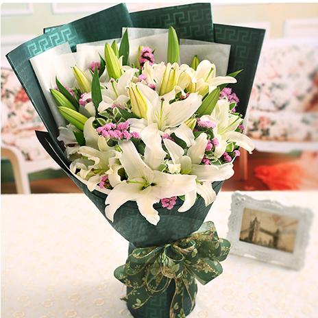 石夏兰百合,畅销花束,深圳鲜花速递福,送花,领导鲜花,预订生日鲜花,蛇口鲜花店,5枝白香水百合鲜花图片展示。