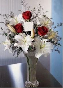 石夏兰3朵红玫与百合花瓶鲜花图片展示。