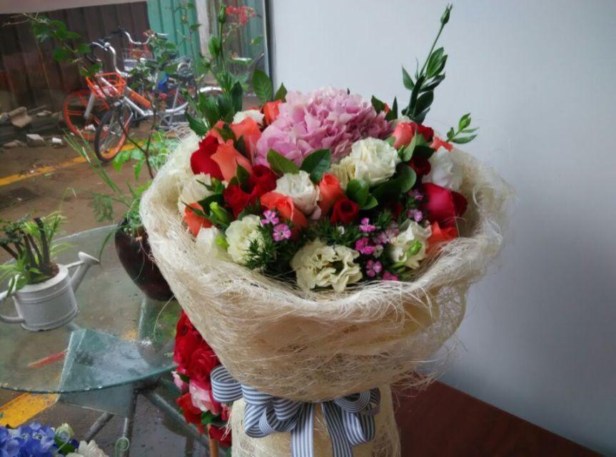 石夏兰亲友探望花束,过节送花,迎送宾客鲜花,花材绣球一个,桔梗,玫瑰19枝,包装,圆形包装鲜花图片展示