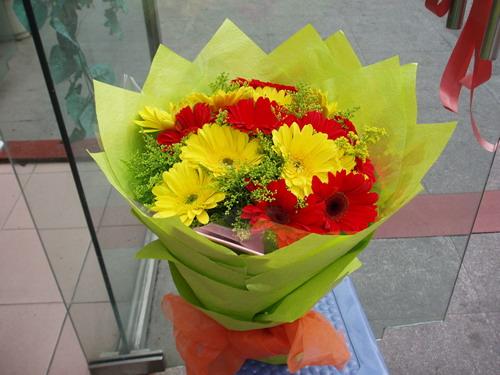 石夏兰16支黄红幸福鲜花图片展示。