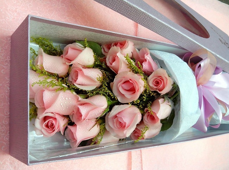 石夏兰爱在心中,盒装19朵粉色玫瑰鲜花图片展示。