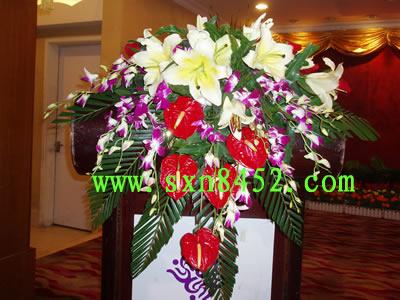 石夏兰瀑布型演讲台鲜花,主宾台面花,瀑布型鲜花,演讲台鲜花,开会用花鲜花图片展示。