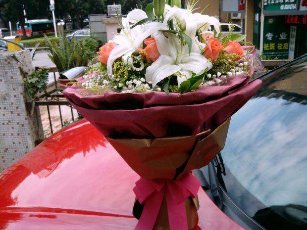 石夏兰玫瑰,百合,女朋友约会,生日送花,福田,南山,东门,老街,华强北花店,初次约会,5朵玫瑰,5朵百合鲜花图片展示。